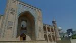 Tashkent. Madrasa, en segundo plano la moderna y anacrónica gran mezquita.