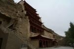 Dunhuang. Grutas de Mogao. Detrás de esta estructura porticada hay un enorme buda de 7 pisos.