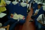 Escenas del tren chino. La foto no es buena, no tuve tiempo de preparar la camara ni de ajustar iso, pero el niño dormido con el biberon es para verse.