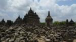 Templos hinduistas en un mar de ruinas en Prambanam