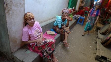 Mujeres en el bazar de Surabaya