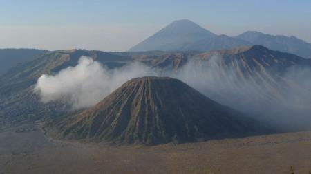La caldera del Tengger, con el volcán Bromo humeando sulfuros