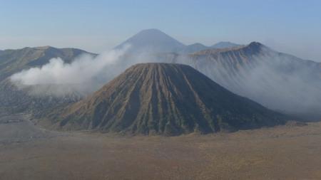 El monte Bromo humea entre tres conos volcanicos mas en la caldera del Tengger