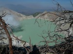 Lago sulfuroso en el volcan Ijjen