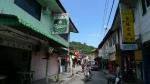 Fishermen s village, a la izquierda el restaurante, a la derecha la pension de los chinos