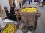 señora vendiendo limones